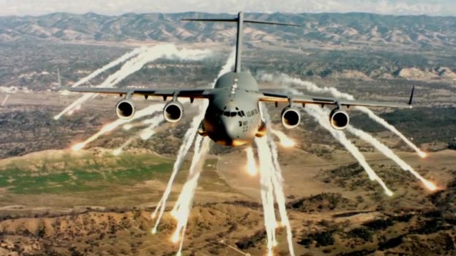 globemasters releasing flares hightemperature heat sources used to mislead surfacetoair or airtoair missile's heatseeking targeting systems creating... - militärmanöver stock-videos und b-roll-filmmaterial
