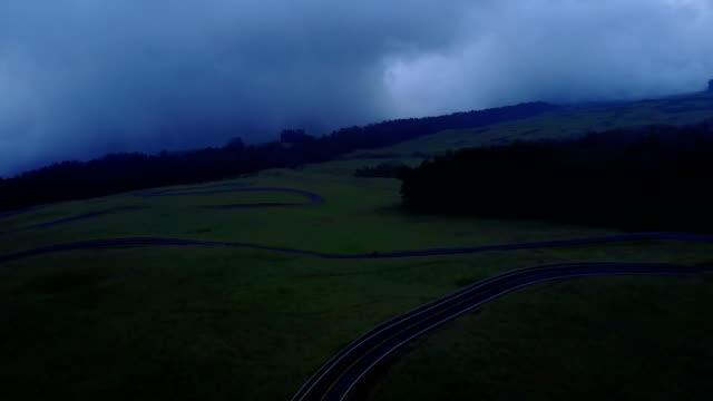 düstere wolken schweben über maui volcano mountain - land stock-videos und b-roll-filmmaterial
