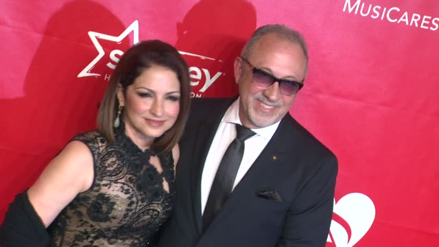 vídeos y material grabado en eventos de stock de gloria estefan and emilio estefan at 2014 musicares person of the year honoring carole king at los angeles convention center on in los angeles... - emilio estefan