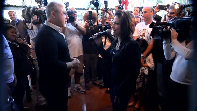 vídeos y material grabado en eventos de stock de gloria estefan and emilio estefan at the 5th annual thanksgiving feed a friend gloria estefan and emilio estefan at the 5th annua at bongos cuban... - emilio estefan