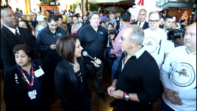 vídeos y material grabado en eventos de stock de gloria estefan and emilio estefan at the 5th annual thanksgiving feed a friend event gloria estefan and emilio estefan at the 5th annua on november... - emilio estefan