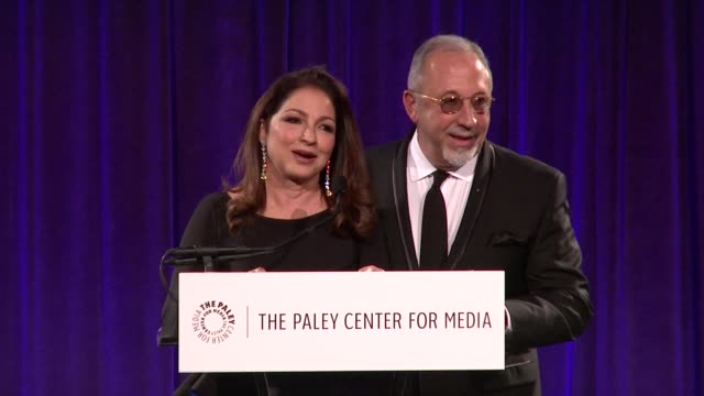 vídeos y material grabado en eventos de stock de speech gloria estefan and emilio estefan thank the paley center for their honor emilio talks about being proud to be latino at 2016 paley center for... - emilio estefan