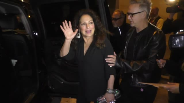 vídeos y material grabado en eventos de stock de gloria estefan signs autographs for fans after dinner with husband emilio estefan daughter emily at craig's in west hollywood in celebrity sightings... - emilio estefan