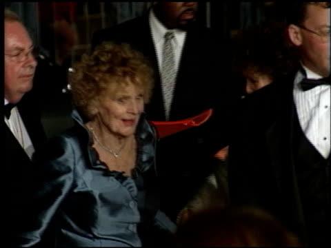 vídeos de stock, filmes e b-roll de gloria stuart at the 1998 academy awards titanic party at new chasens in beverly hills, california on march 23, 1998. - festa do oscar