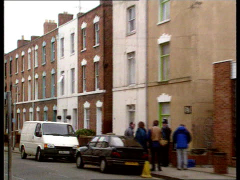 6th body found; cromwell st gv terraced houses pull out police & press outside no 25lms extension of house tilt up housetlms extension with... - itv late evening bulletin点の映像素材/bロール