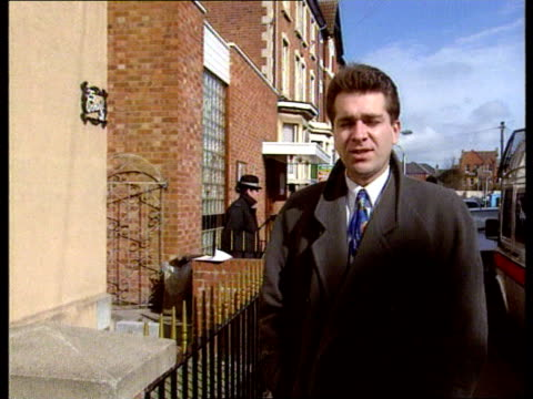 vídeos de stock, filmes e b-roll de police search continues 1300 england gloucs gloucester 25 cromwell street lagv upper floors of house owned by frederick west tilt down cms wpc... - gloucester estados unidos