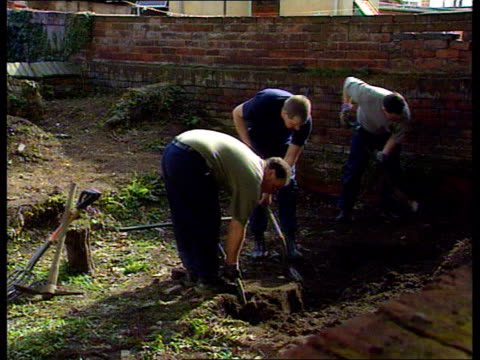 vídeos de stock, filmes e b-roll de rosemary west charged cms scott i/c sot midland rd 25/26 tms police digging in garden ms garden with tarpaulin tent and cordoned off section in f/g... - gloucester estados unidos