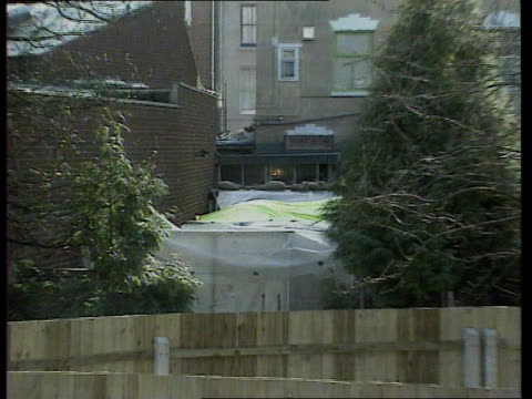 vídeos de stock, filmes e b-roll de day 18 gloucs gloucester cronwell st ms back of 25 cromwell st with tarpaulins over garden zoom in ms officers working inside tarpaulin cover not - gloucester estados unidos