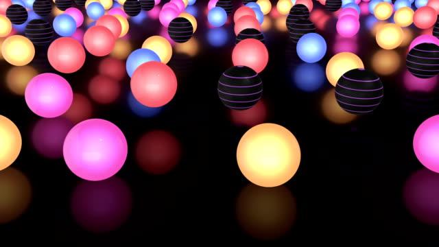 輝くカラフルなボールはゆっくり移動の床に反射型