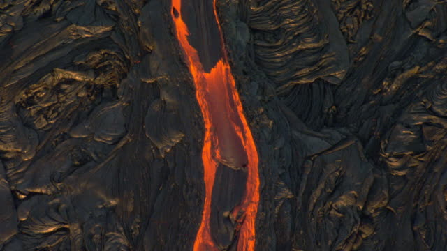 glowing lava flows from volcano, hawaii - eruzione video stock e b–roll