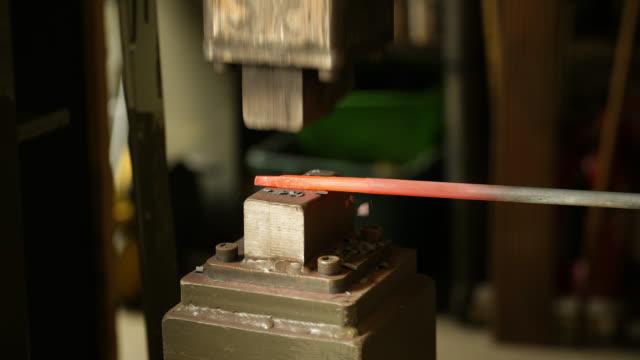vídeos de stock e filmes b-roll de glowing metal object forged by power hammer - ferro metal