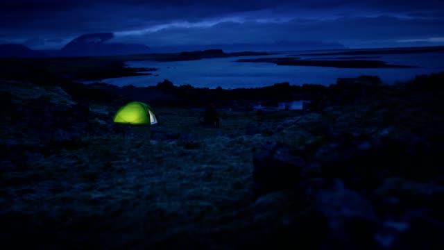 leuchtende zelt bei bewölktem himmel - zelt stock-videos und b-roll-filmmaterial