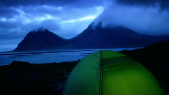 glödande tält under en molnig himmel - tält bildbanksvideor och videomaterial från bakom kulisserna