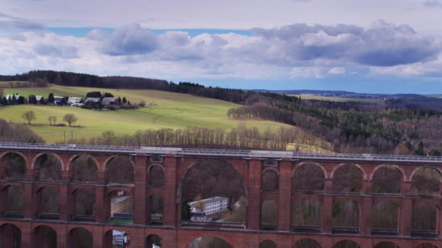 göltzsch viaduct crossing picturesque valley - drone shot - colonna architettonica video stock e b–roll