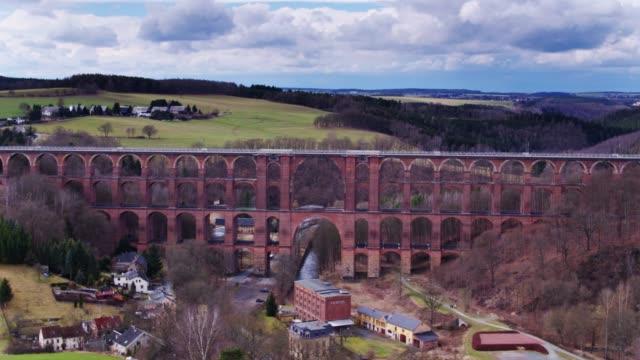 göltzsch viadukt überragt netzschkau, deutschland - drohne schuss - sachsen stock-videos und b-roll-filmmaterial