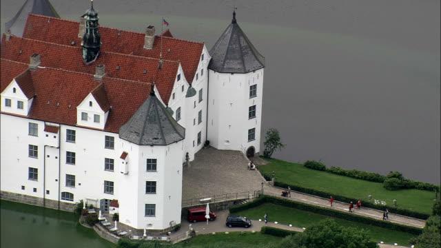 glucksburg slot (dänische königshaus jetzt auch in deutschland) - luftbild - schleswig-holstein-kreis schleswig-flensburg, deutschland - schleswig holstein stock-videos und b-roll-filmmaterial
