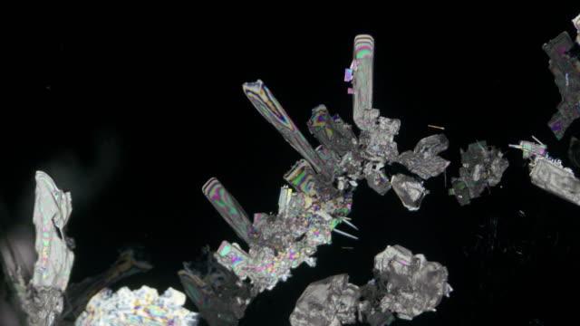 glycine crystallization under polarized light 4k time lapse - polarizer stock videos & royalty-free footage