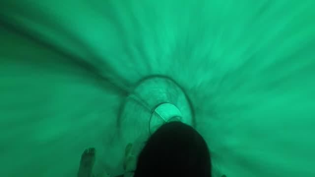 vídeos de stock e filmes b-roll de go down a water slide, pov  a waterslide having fun - escorrega de água