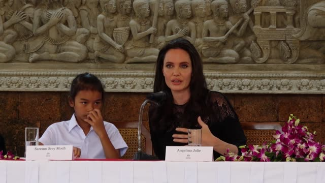 """""""go swim?"""" angelina jolie attends a press conference for the premiere of """"first they killed my father"""" on february 18, 2017 in siem reap, cambodia. - angelina jolie stock-videos und b-roll-filmmaterial"""