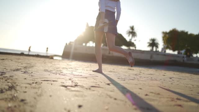 vídeos y material grabado en eventos de stock de ve a donde el sol te lleva - descalzo