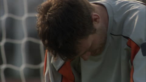 vídeos y material grabado en eventos de stock de cu goalie shaking head in defeat near net / sheffield, england, uk - derrota