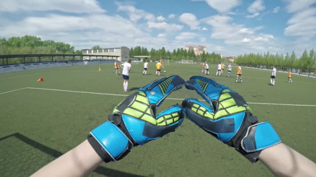 vídeos de stock, filmes e b-roll de pov of goalkeeper saving the net - luvas