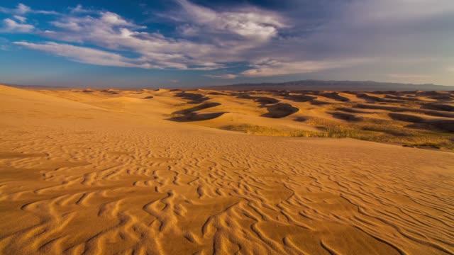 vidéos et rushes de gobi desert at sunset - désert de gobi