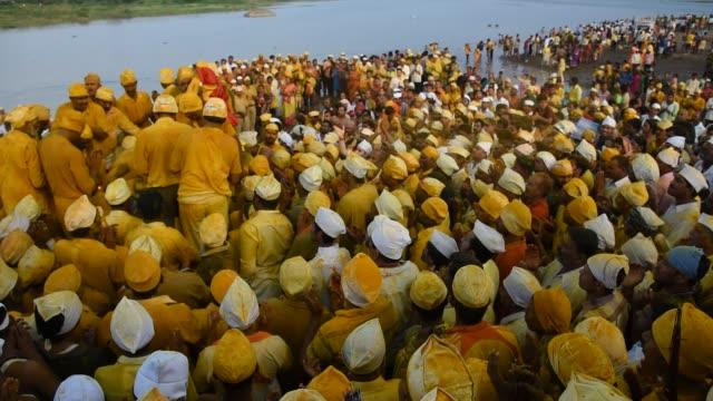 vidéos et rushes de god shiva's somvati amavasya festival at khandoba temple, jejuri, india. - fidèle religieux