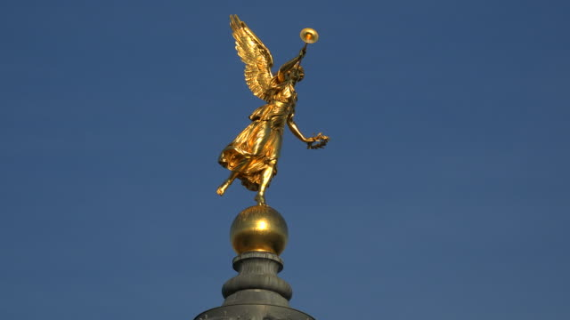 goddess nike on the cupola of dresden academy of fine arts dresden saxony, sachsen germany - sachsen stock-videos und b-roll-filmmaterial