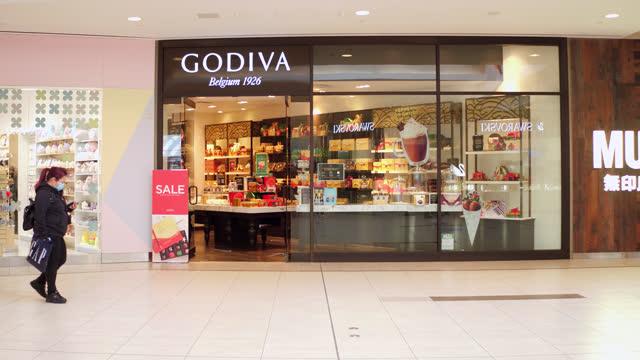 vidéos et rushes de godiva store in the scarborough town centre seen on november 7, 2020; in toronto, ontario, canada. the scarborough town centre is a shopping mall in... - panneau d'entrée