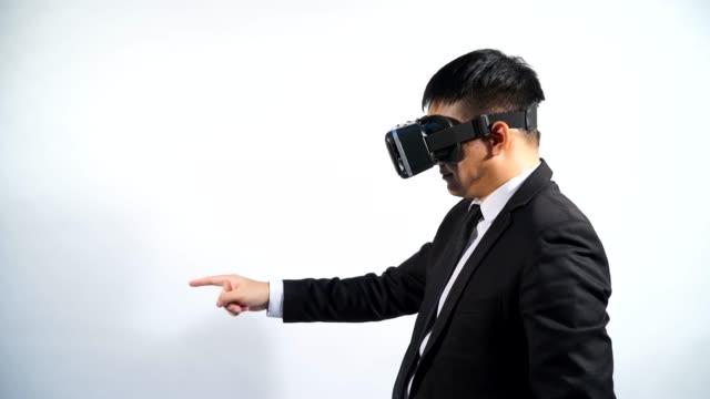 schutzbrille vr virtual-reality-brillen, geschäftsmann in verwenden sie digitale unterhaltung 3d-hintergrund weiß isoliert wird. - schutzbrille freisteller stock-videos und b-roll-filmmaterial