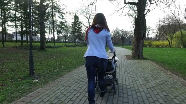 vídeos y material grabado en eventos de stock de salir un caminar con un bebé - cochecito de bebé