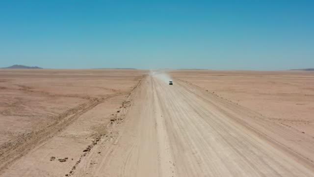 vídeos de stock e filmes b-roll de going full throttle in the desert - carrinha veículo