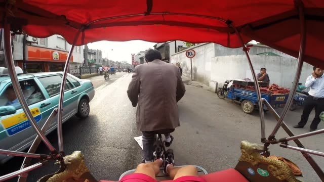 going in a bicycle rickshaw from personal point of view. - risciò video stock e b–roll