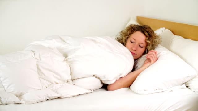 )ベッドに - 横向きに寝る点の映像素材/bロール