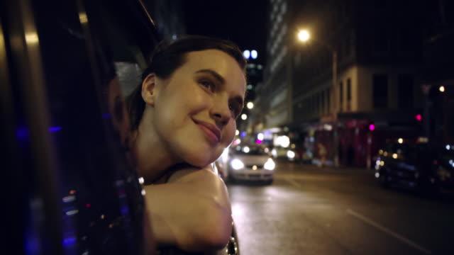 andare in città sembra di tornare a casa - taxi video stock e b–roll