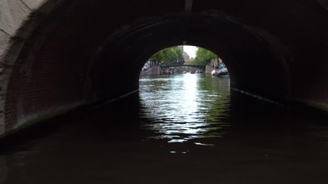 vidéos et rushes de going under bridge - amsterdam