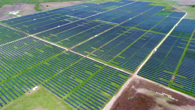 kommer upp även här solpanel kraftverk som ger ren förnybar energi att hjälpa kampen mot klimatförändringarna och skapa arbetstillfällen - ansvarsfullt företagande bildbanksvideor och videomaterial från bakom kulisserna