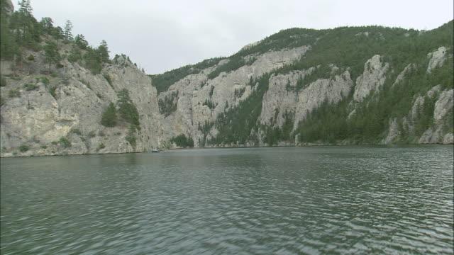 stockvideo's en b-roll-footage met pov going upstream on the missouri river / united states - breedbeeldformaat