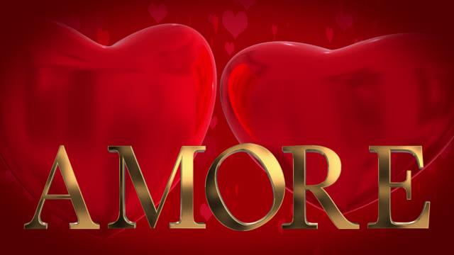Goud 3D Italiaanse woord Amore met bewegende hart gevormde deeltjes en twee 3D harten gewonnen op een rode achtergrond
