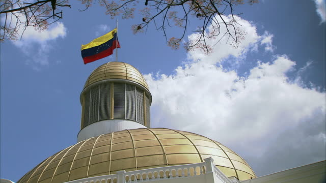 ws la gold dome and venezuela flag atop national assembly building in caracas / metropolitan district of caracas, miranda, venezuela - venezuela stock videos & royalty-free footage