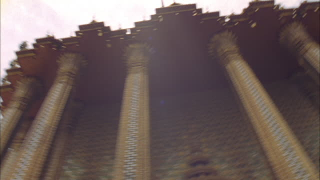gold domes and spires characterize a temple. available in hd. - 尖り屋根点の映像素材/bロール