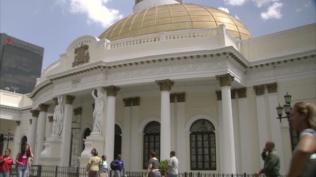 vídeos de stock, filmes e b-roll de ws tu gold domes and venezuelan flag atop national assembly building in caracas / metropolitan district of caracas, miranda, venezuela - venezuela