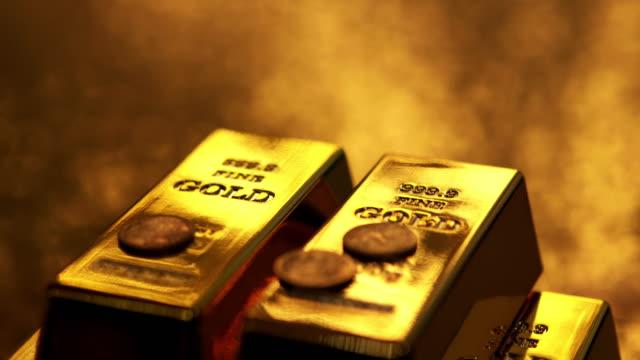 4 k : goldbarren und münzen - barren geld und finanzen stock-videos und b-roll-filmmaterial