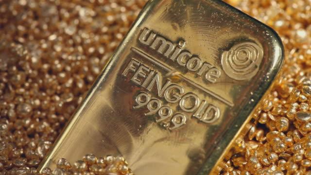 stockvideo's en b-roll-footage met cu gold ingots and pearl with text on it / hanau, hessen, germany - parel juwelen