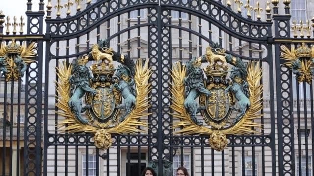 gold leaf crest on the gates of buckingham palace, london, uk. - leaf stock videos & royalty-free footage