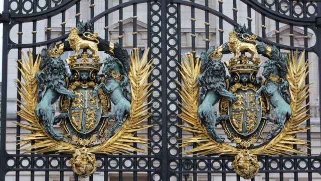 a gold leaf crest on the gates of buckingham palace, london, uk. - gold leaf stock videos & royalty-free footage