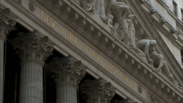 vídeos de stock e filmes b-roll de gold lettering, 'new york stock exchange' on facade of ny stock exchange building in lower manhattan, wall street. downtown, nyc, financial district,... - frontão triangular