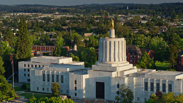 vídeos de stock e filmes b-roll de gold pioneer statue atop oregon capitol building - backwards drone shot - oregon estado dos eua