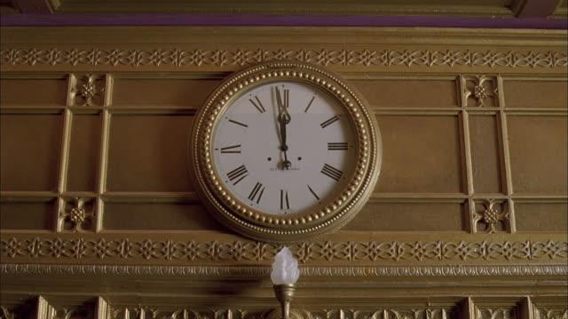 ms gold wall clock showing twelve o'clock - romersk siffra bildbanksvideor och videomaterial från bakom kulisserna